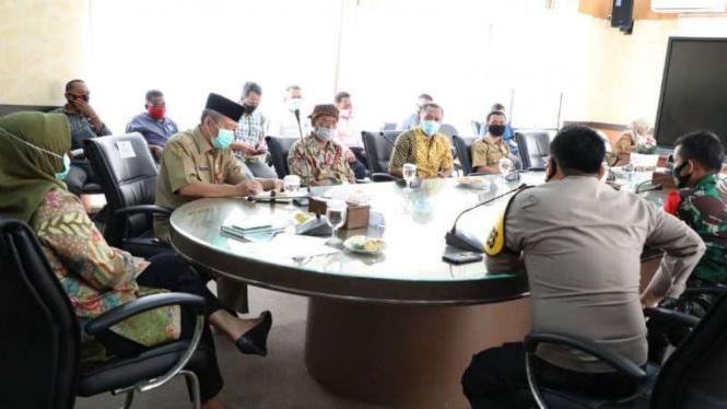 Pertemuan penyelenggara hajatan  yang undang Rhoma Irama dengan Bupati Bogor.