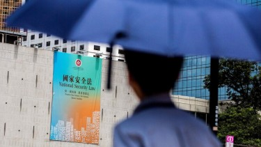 https://thumb.viva.co.id/media/frontend/thumbs3/2020/07/01/5efbf33d43761-uu-keamanan-hong-kong-hukuman-seumur-hidup-bagi-pelanggar-aturan-yang-diterapkan-china_375_211.jpg
