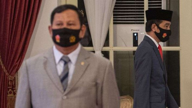 Presiden Joko Widodo (kanan) dan Menteri Pertahanan Prabowo Subianto