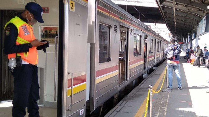Kereta Commuter Line saat pelaksanaan PSBB di Jabodetabek.