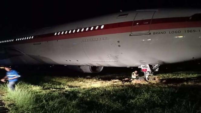 Pesawat Garuda Indonesia keluar dari landasan pacu di Makassar