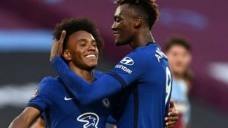Winger Chelsea, Willian rayakan gol.