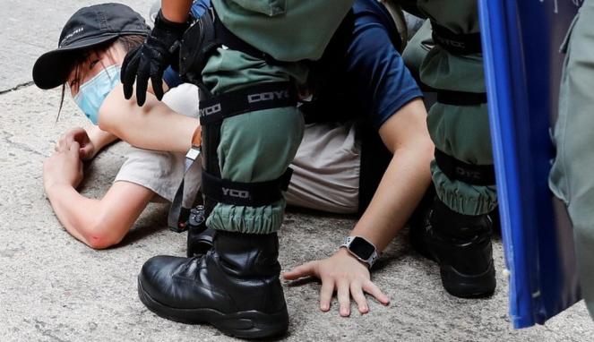 https://thumb.viva.co.id/media/frontend/thumbs3/2020/07/02/5efd33b141a52-undang-undang-keamanan-hong-kong-penangkapan-pertama-di-bawah-uu-anti-protes-yang-baru_663_382.jpg