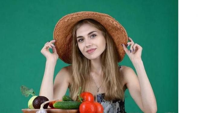 Foto Ilustrasi : Wanita yang sedang akan menyantap buah buahan
