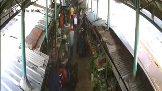 Pantauan aktivitas pasar lewat CCTV.