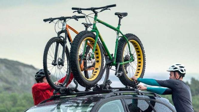 Ilustrasi bagasi tambahan untuk sepeda di atap mobil