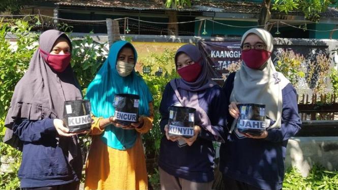 Edukasi cara penanaman apotek hidup pada masyarakat Sampang (30/6)