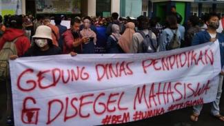 Mahasiswa Segel Kantor Disdik Kota Bekasi, Ada Apa