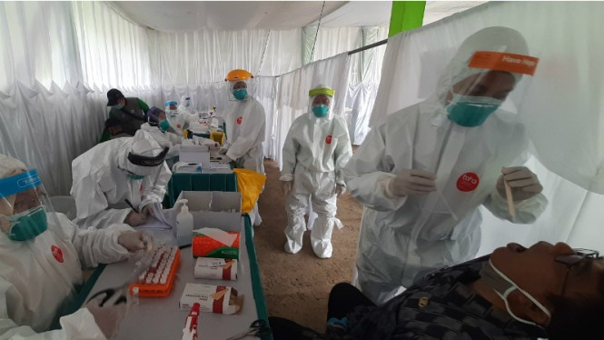 Ilustrasi tim medis swab massal COVID-19 di Puncak, Bogor