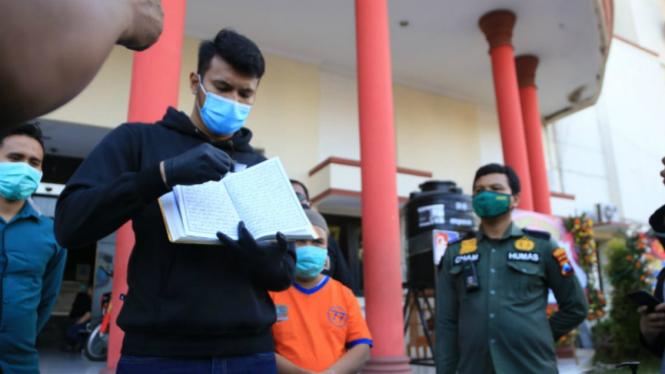 Polisi rilis tersangka Slamet Riyadi (baju tahanan) di Polrestabes Surabaya