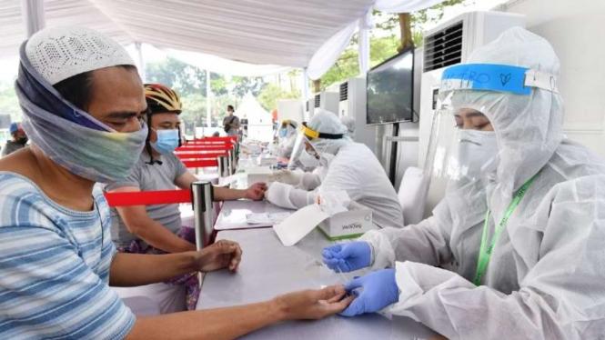 Sejumlah warga dinyatakan reaktif saat mengikuti rapid test massal oleh BIN di Jalan Surya Kencana, Kecamatan Pamulang, Tangerang Selatan, Banten, Kamis, 2 Juli 2020.