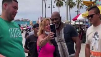 Mike Tyson kunjungi pantai Venice