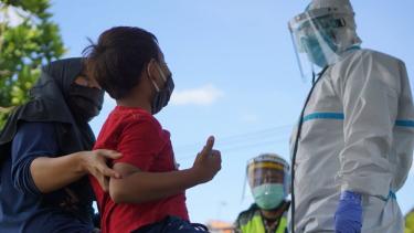 https://thumb.viva.co.id/media/frontend/thumbs3/2020/07/03/5efe700f1bbb0-covid-19-di-indonesia-kematian-anak-akibat-virus-corona-tinggi-tak-ada-biaya-berobat-hingga-ditolak-rumah-sakit-karena-penuh_375_211.jpg