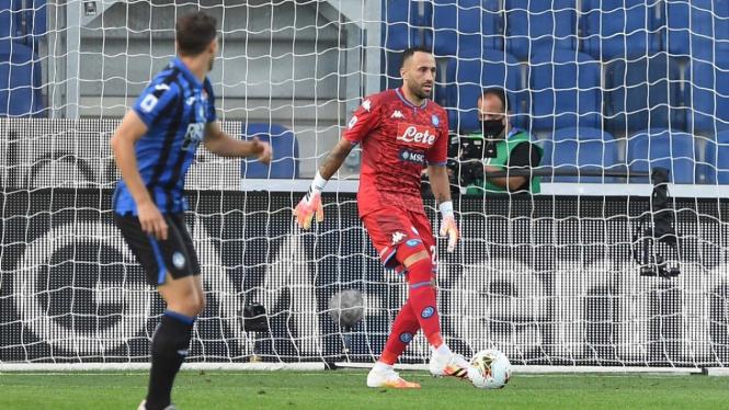 Kiper Napoli, David Ospina (kanan), saat melawan Atalanta
