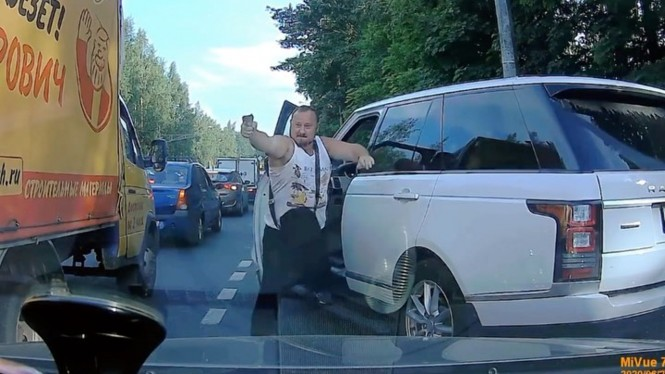 Aksi koboi pengemudi Range Rover di Rusia