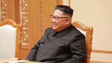 https://thumb.viva.co.id/media/frontend/thumbs3/2020/07/03/5efee68bf31b1-covid-19-di-korut-kim-jong-un-klaim-keberhasilan-gemilang-korea-utara-atasi-virus-corona_375_211.jpg