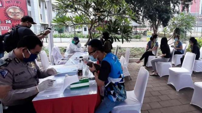 Pelayanan SIM gratis untuk tenaga medis di RSD Wisma Atlet Kemayoran.