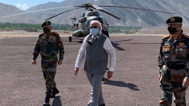 VIVA Militer : Perdana Menteri India Narendra Modi (Tengah) tiba di Ladakh