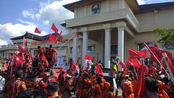 Suasana demo tolak RUU HIP di depan gedung DPRD Jambi