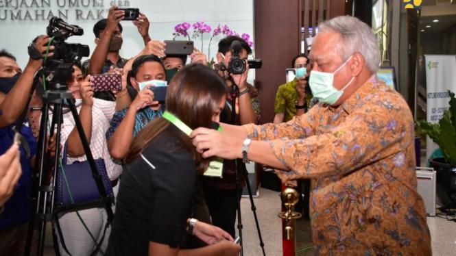 Menteri Basuki ikut pasang kalung antivirus corona ke wartawan