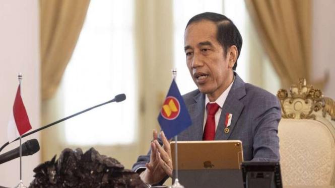 Presiden Joko Widodo (kanan) mengikuti KTT ASEAN ke-36 secara virtual