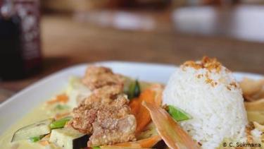 https://thumb.viva.co.id/media/frontend/thumbs3/2020/07/04/5f0027c97f3b3-kedai-makan-indonesia-di-jerman-ini-manfaatkan-bahan-makanan-yang-sering-terbuang-buang_375_211.jpg