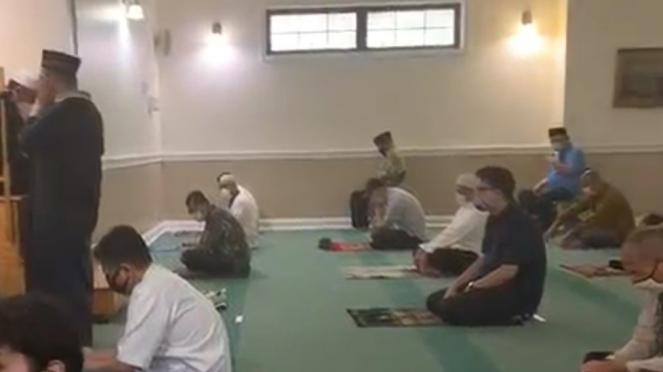 Suasana di dalam Masjid Al Hikmah, New York