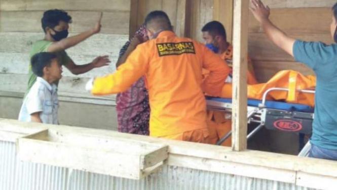 Basarnas mengevakuasi jasad anak 8 tahun yang tenggelam di Sulawesi Selatan.