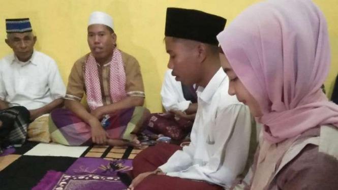 Pengantin menikah dengan mahar sandal jepit dan segelas air putih di Lombok.