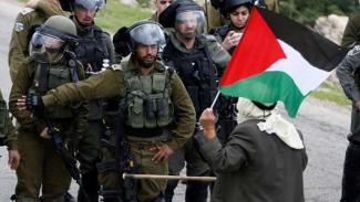 VIVA Militer: Tentara Pertahanan Israel (IDF) menghadang warga Palestina