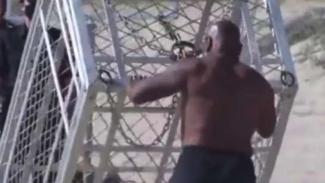 Mike Tyson sedang membalikkan kandang hiu