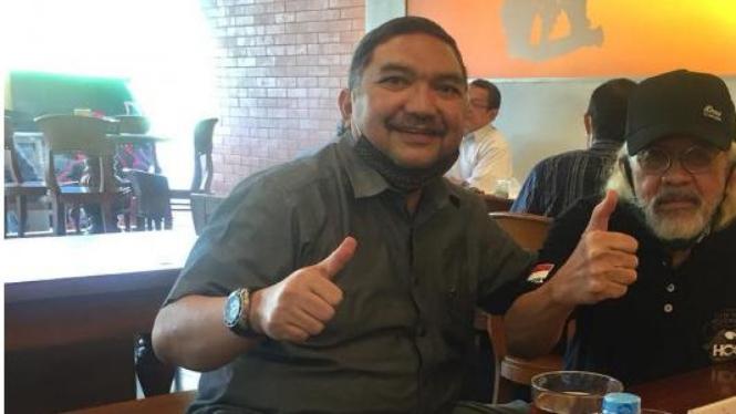 Lalu Mara Satriawangsa bersama salah satu legenda sepakbola nasional Anjas Asmara.