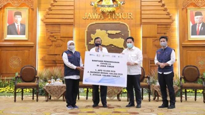 Menkopolhukam Mahfud MD dan Menteri BUMN Erick Tohir menyerahkan bantuan Avigan di Gedung Negara Grahadi Surabaya pada Minggu, 5 Juli 2020.