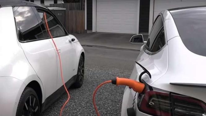 Honda E dipakai untuk ngecas Tesla Model 3.