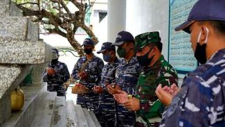 VIVA Militer: Prajurit KRI Diponegoro 365 Ziarah Makam Pangeran Diponegoro