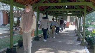 Peserta mengikuti UTBK 2020 dengan protokol kesehatan di Universitas Indonesia.