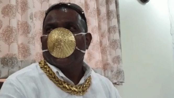 Seorang pria di India pakai masker berbahan emas