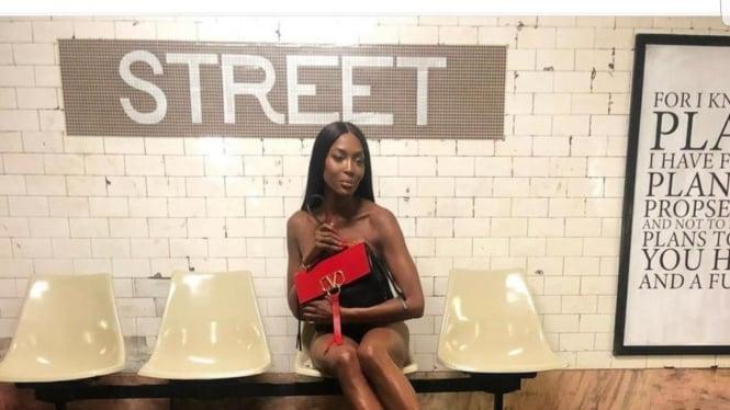 Naomi Campbell berpose untuk Valentino
