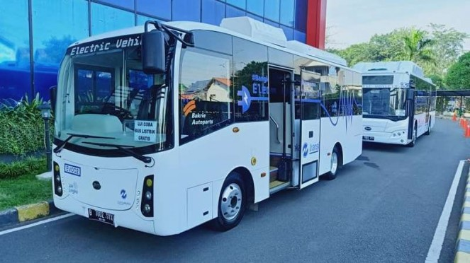 Dua unit bus listrik BYD yang sedang diuji coba oleh Transjakarta