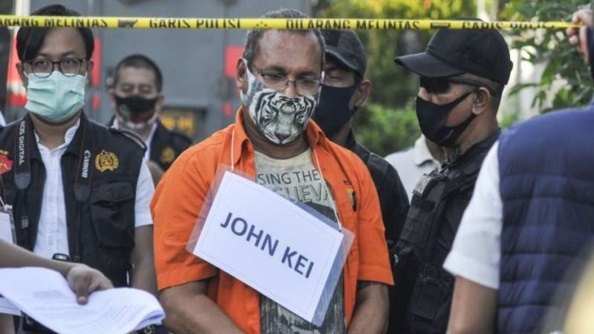 John Kei (tengah) memperagakan reka ulang perencanaan penyerangan di Bekasi