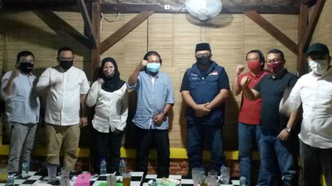 Ketua Tim Kerja Koalisi Gerindra-PDIP, Nuroji (tengah) dampingi Pradi dan Afifah