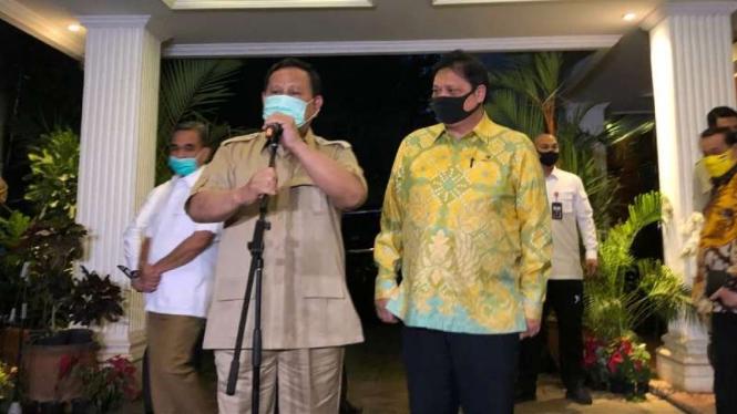 Ketua Umum Partai Gerindra Prabowo Subianto menerima kunjungan Ketua Umum Partai Golkar Airlangga Hartarto di rumah Menteri Pertahanan itu di Jakarta, Senin, 5 Juli 2020.
