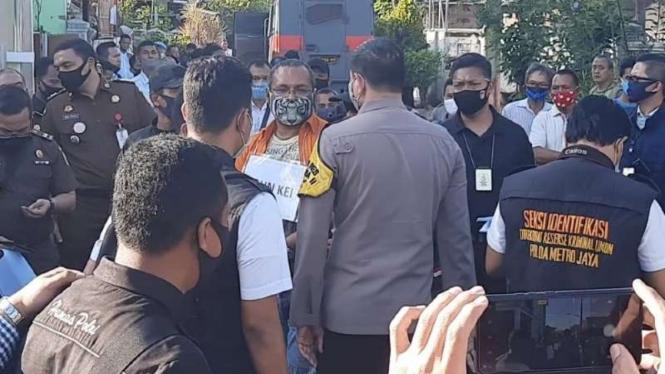Seorang anak buah John Kei memerankan sang pemimpin komplotan itu dalam rekonstruksi kasus penyerangan maut di Kota Bekasi, Jawa Barat, Senin, 6 Juli 2020.