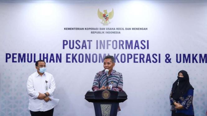 Konferensi pers di Jakarta (06/07), Sekretaris Kementerian Koperasi Rully Indrawan.
