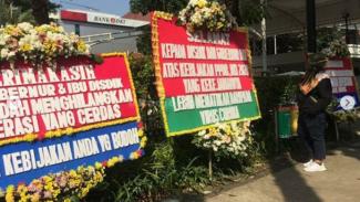 Karangan Bunga Berisi Pesan Kekecewaan PPDB Penuhi Balai Kota DKI