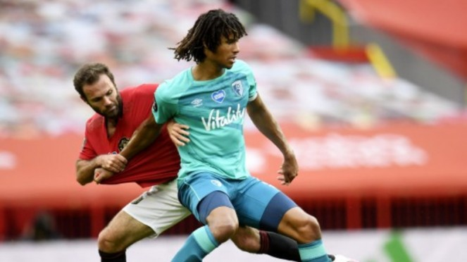 Bek Bournemouth, Nathan Ake, berduel melawan Juan Mata