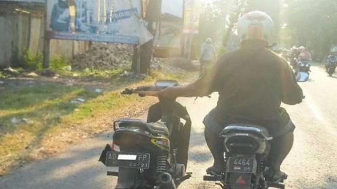 Aksi nekat pengendara, bawa dua sepeda motor sekaligus