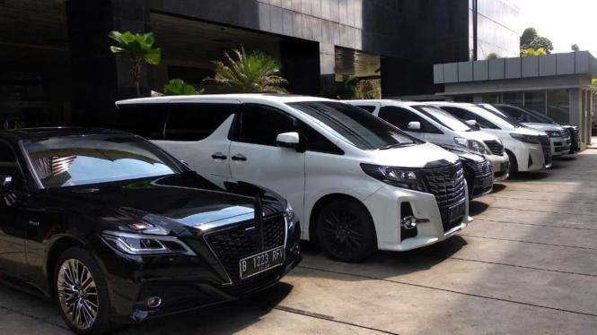 Mobil mewah milik anggota Komisi III DPR parkir di Gedung KPK