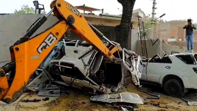 Polisi India hancurkan rumah dan mobil preman Vikas Dubey