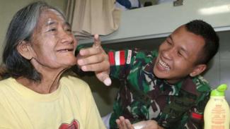 VIVA Militer: Nenek Sumiyati di Perjalanan ke Kediri Bersama KRI Banda Aceh 593